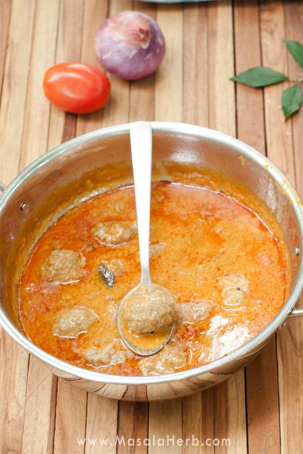 Goan Meatball Curry Recipe - How to make Indian Beef Kofta quickly & easily. 30 minute onepot aromatic and protein rich curry. www.MasalaHerb.com