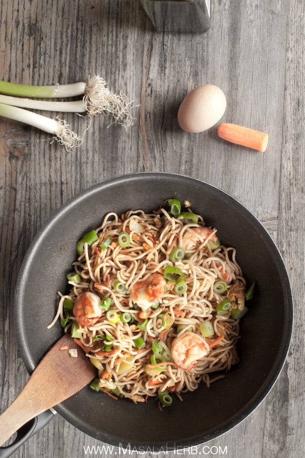 Singapore Noodles - Singapore Chow Mein - Stir fried Asian Noodles www.masalaherb.com #Recipe #stepbystep #Asian
