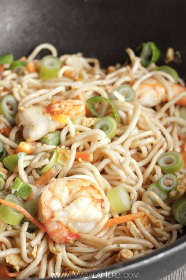 Singapore Noodles - Singapore Chow Mein - Stir fried Asian Noodles www.masalaherb.com #Asian #stepbystep #Recipe