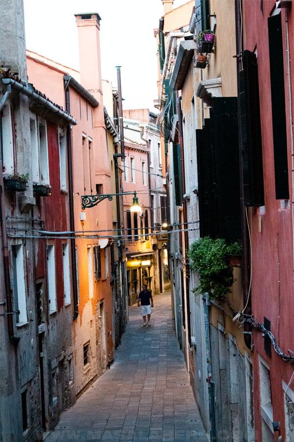 tight pathways between houses in venice