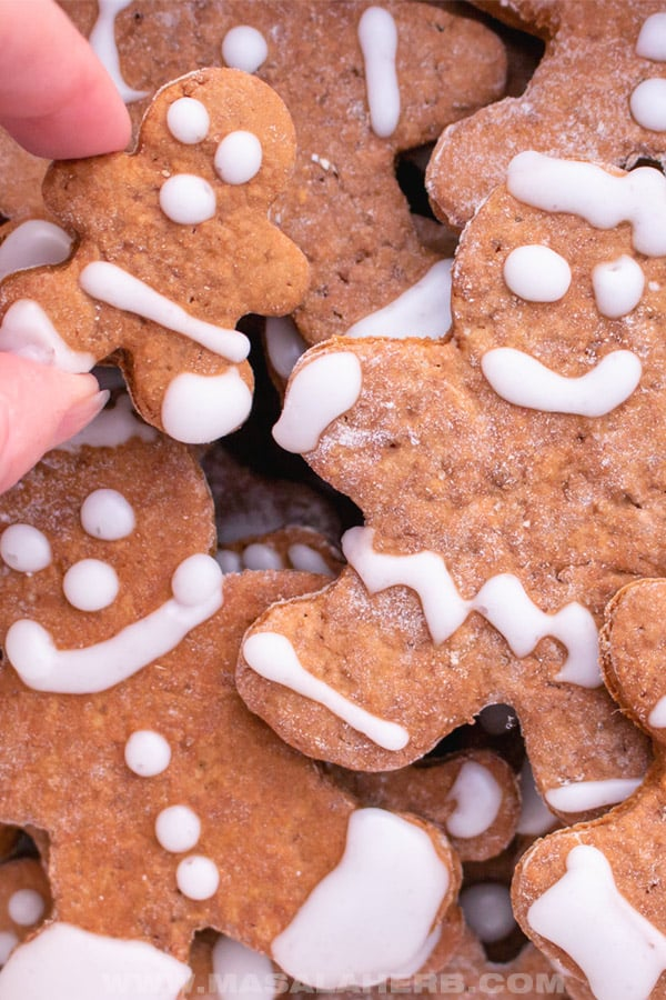 baking gingerbread cookies at home