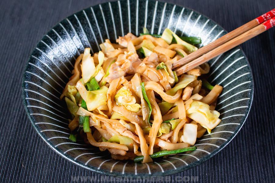 yaki udon bowl with chop sticks